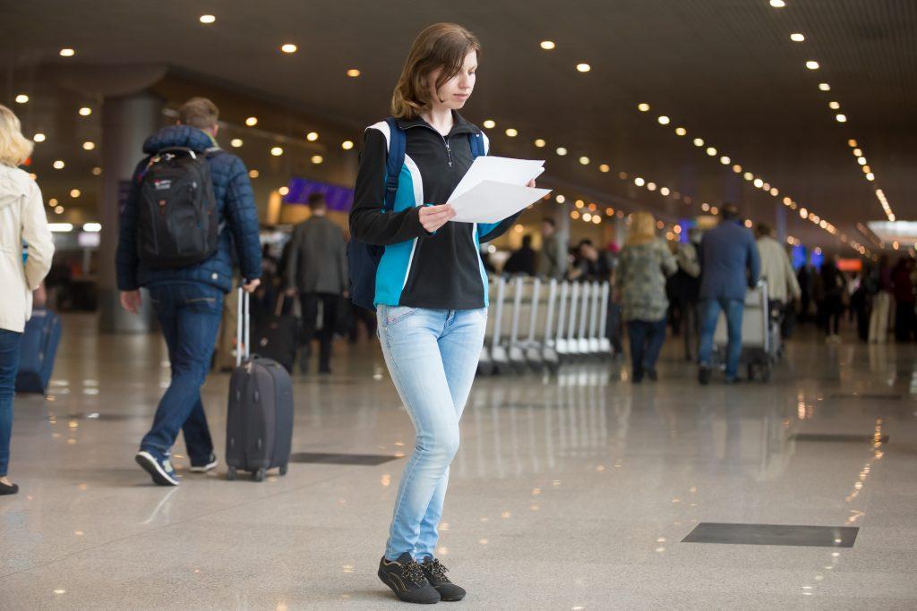 Женщина с электронными билетами
