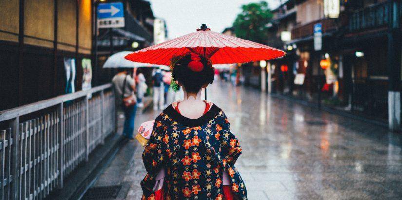 Женщина в кимоно под зонтиком